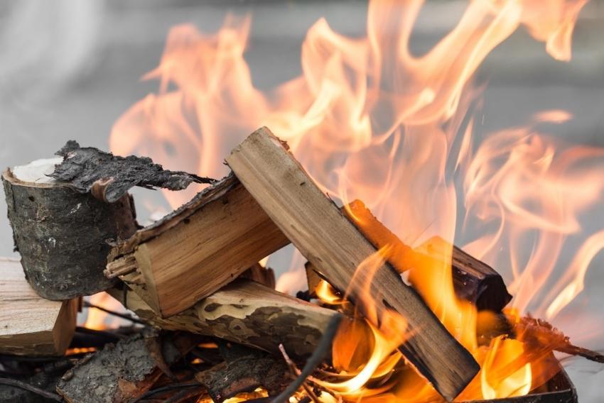 Ogrzewanie domu węglem i drewnem – tanio, czysto i wygodnie?