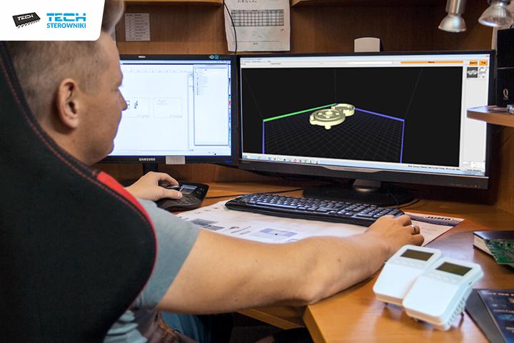 Konstruktor rysuje model prototypu 3D w specjalnym programie